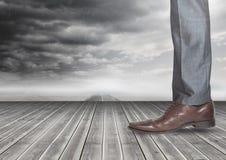 Bemant been en voet op hout met donkere wolken Royalty-vrije Stock Foto's
