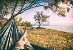 Bemant benen in een hangmat Royalty-vrije Stock Foto