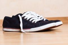 Bemant blauwe tennisschoenen Stock Foto's