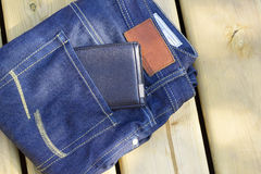 Bemant gevouwen jeans en portefeuille Stock Foto