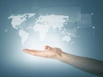 Bemant hand die wereldkaart tonen Royalty-vrije Stock Foto's