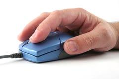 Bemant hand op een blauwe muis Stock Foto's