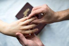 De handenvoorstel van verlovingsringen stock afbeelding