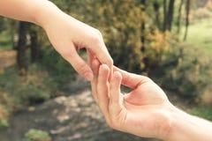 Bemant hand zacht houdend het wijfje tegen de achtergrond van Th stock fotografie