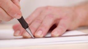 Bemant handen trekkend lijn op witte spatie Dicht schot Zachte nadruk Het voorbereidingen treffen voor het kalligrafische van let stock videobeelden