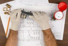 Bemant indient handschoenen houdend schakelnet en potlood stock foto
