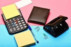 Bemant leerportefeuille en kantoorbehoeften Calculator, gatenstempel, adreskaartje, notadocument, pen en klemmen Zaken en het wer royalty-vrije stock fotografie