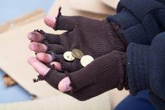 Bemant uit het uitrekken van handen voor een geld stock afbeelding