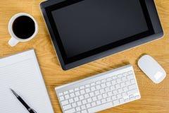 Bemant werkende plaats bij houten Desktop met koffie stock afbeeldingen