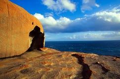 Bemerkenswerte Felsen durch das Meer Lizenzfreies Stockbild