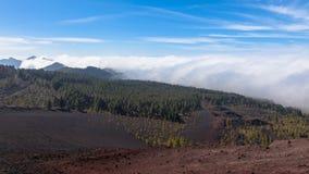 Bemerkenswerte ornographic Wasserfallwolken, die über der Lee- Steigung von Bergen auf Nord-Teneriffa verschüttet werden stockbild