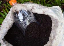Bemeste potting grond en innovatie van plastic lepel Stock Afbeeldingen
