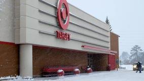 BEMIDJI,MN - 27日DEC 2018年:瞄准零售店的入口在冬天雪风暴期间 股票录像