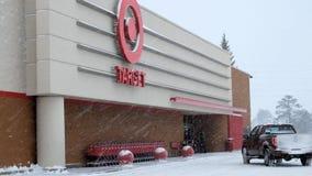 BEMIDJI, ΜΝ - 27 ΔΕΚΕΜΒΡΊΟΥ 2018: Είσοδος στο μαγαζί λιανικής πώλησης στόχων κατά τη διάρκεια μιας θύελλας χειμερινού χιονιού
