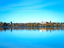 Bemidji, отражение Минесоты увидено через озеро Ирвинга на солнечный день стоковые фотографии rf