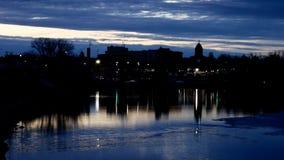Bemidji do centro, Minnesota é refletido nas águas do rio Mississípi e do lago Bemidji onde se encontram video estoque