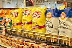 BEMIDJI, MANGANÈSE - 8 FÉVRIER 2019 : Sélection de pommes chips dans un supermarché photos stock