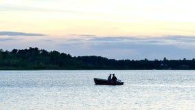 BEMIDJI, MANGANÈSE - 10 JUILLET 2016 : Silhouette des couples pêchant dans un bateau sur un lac au Minnesota banque de vidéos