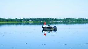 Bemidji, Mangan - 30. Juli 2018: Fischer in Fischerboot einen schönen Morgen genießend stock footage