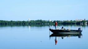 Bemidji, Mangan - 30. Juli 2018: Fischer in Fischerboot einen schönen Morgen genießend stock video footage