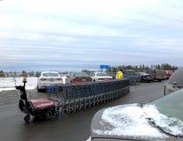 BEMIDJI, MANGAN - 21. NOVEMBER 2018: Walmart-Wagen-Begleiter bringt Wagen zurück stockfotos