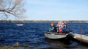 Bemidji, mangan?s - 11 de maio de 2019: Abridor da pesca de Minnesota Barco de primeira geração das placas no lago Irving com fil filme