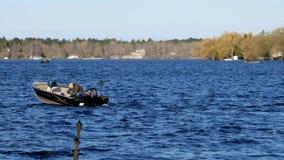 Bemidji, mangan?s - 11 de maio de 2019: Abridor da pesca de Minnesota O barco de motor apressa-se após o pescador no lago Irving video estoque