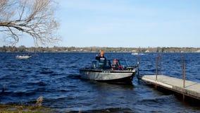 Bemidji, mangan?s - 11 de maio de 2019: Abridor da pesca de Minnesota O homem toma seus pai e filhos para o dia tradicional da fa video estoque