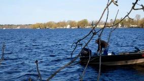 Bemidji, manganeso - 11 de mayo de 2019: Abrelatas de la pesca de Minnesota El pescador lanza su barco de motor en el lago Irving metrajes