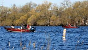 Bemidji, manganeso - 11 de mayo de 2019: Abrelatas de la pesca de Minnesota Gente en barcos de motor en el río Misisipi en el lag almacen de video