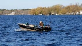 Bemidji, manganeso - 11 de mayo de 2019: Abrelatas de la pesca de Minnesota Pescador en su barco de motor en el lago Irving almacen de metraje de vídeo