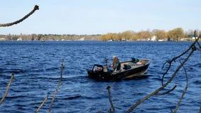 Bemidji, manganeso - 11 de mayo de 2019: Abrelatas de la pesca de Minnesota Pescador que espera coger su límite de lucio de los l almacen de video