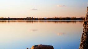 Bemidji, Minnesota é visto no por do sol através do lago Irving, o primeiro lago no rio Mississípi, em um grampo do tempo-lapso vídeos de arquivo