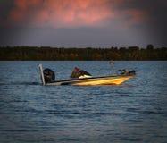 Bemidji, Minnesota - 29 de agosto de 2018: Sun brilha através das nuvens em pares no barco de pesca da perda imagem de stock