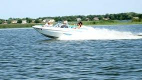 Bemidji, Minnesota - 4 de julho: Barco de motor desportivo do runabout com passageiros felizes vídeos de arquivo