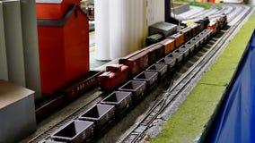 Bemidji, MN - 14-ОЕ МАЯ 2016: Модели поезда игрушки работая на железной дороге модель-макета акции видеоматериалы