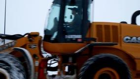 BEMIDJI, MN - 27 DEC, 2018: De machines die van de sneeuwverwijdering Walmart-parkeerterrein ontruimen stock videobeelden