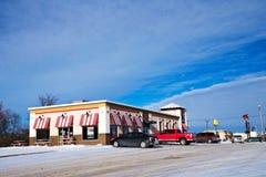 BEMIDJI, MN - 24 DEC 2018: Kentucky Fried Chicken en parkeerterrein in de winter royalty-vrije stock fotografie