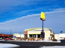 BEMIDJI, MN - 24 DICEMBRE 2018: Ristorante e arché di McDonalds nell'inverno immagine stock