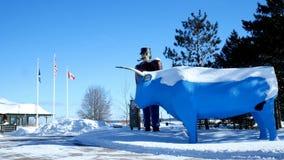BEMIDJI MN - 8 FEBRUARI 2019: Staty av Paul Bunyan och baben den blåa oxen, den legendariska skogsarbetaren och den populära grän lager videofilmer