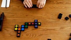 BEMIDJI, MN - 29 JAN 2019: Dwa gracza bawić się stołową grę Czasu upływu klamerka Kwirkle który jest grze kolory i kształ zbiory wideo