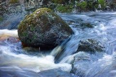 Bemoste rotsen in een meeslepende stroom royalty-vrije stock afbeelding