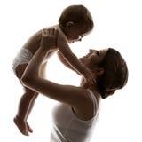 Bemuttern Sie Baby, die hapy Familie, die oben Kind aufzieht Stockbilder