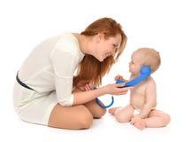 Bemuttern Sie das Frauen- und Tochterkinderbaby-Kindermädchen, das vorbei nennen spielt Stockfotos