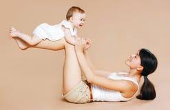 Bemuttern Sie das Halten des Babys, Spaß, Übung, Freizeit Stockbild