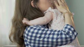 Bemuttern Sie das Küssen und das Umarmen des kleinen Kindes und beruhigende Bewegungen trösten, umgekipptes Kind stock footage