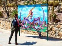 Bemuttern Sie das Machen eines lustigen Fotos einer Tochter in Dino Park des Als Stockbilder