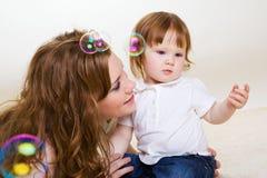 Bemuttern Sie das Spielen mit Tochter Lizenzfreie Stockbilder