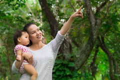 Bemuttern Sie das Zeigen ihrer Babytochter der verschiedenen Tiere im wilden Lizenzfreie Stockfotos