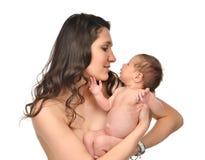 Bemuttern Sie die Frau, die 3-Wochen-Säuglingskinderbaby-Kindermädchen hält Stockfoto